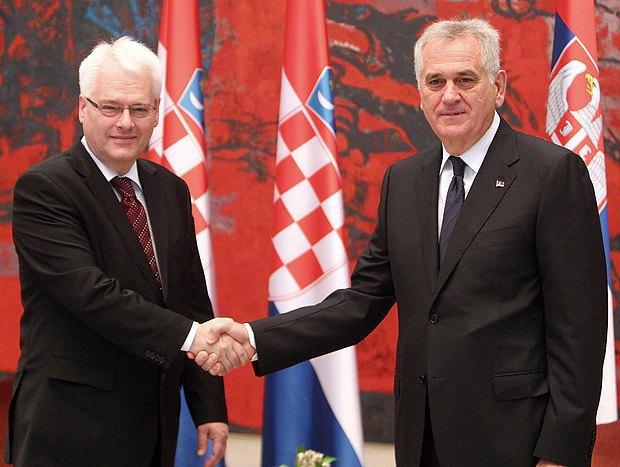 Президент Сербии Томислав Николич (справа) пожимает руку своему хорватскому коллеге Иво Йосиповичу(экс-президенту на данный момент) в Белграде в октябре 2013 года