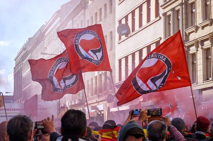 Флаги Antifa Westberlin во время первомайской демонстрации в Берлине, 1 мая 2018.