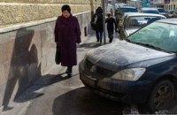Украинцы чаще всего жалуются на состояние дорог, мусор и нахальных водителей