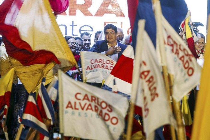 Новоизбранный президент Коста-Рики Карлос Альварадо во время встречи с избирателями, 01 апреля 2018.