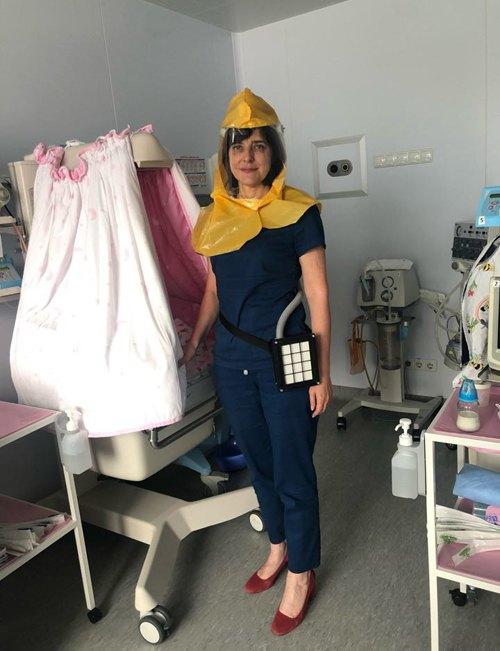 Керівниця Харківського регіонального перинатального центру Ірина Кондратова в масці PAPR ( маска-шолом із примусовою фільтрацією повітря).