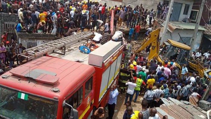 После обрушения школы вНигерии под завалами ищут около 100 человек