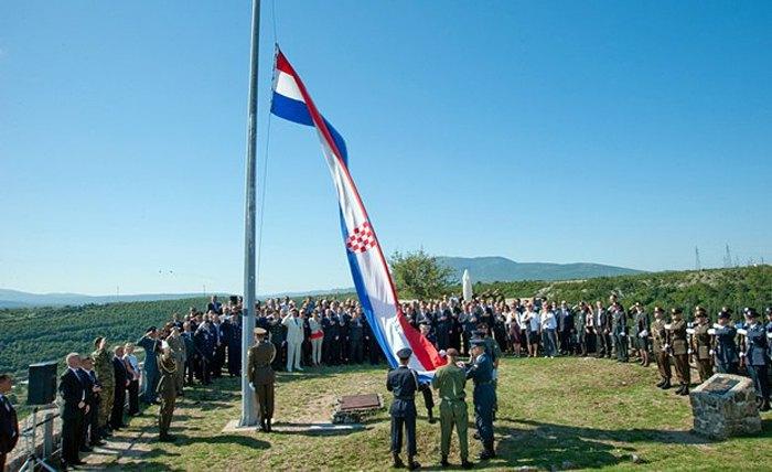 Солдаты поднимают флаг Хорватии над Книнской крепостью во время церемонии чествования операции *Буря*, 5 августа 2011