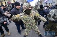 Националисты забросали камнями офис Ахметова, Альфа-банк и Сбербанк