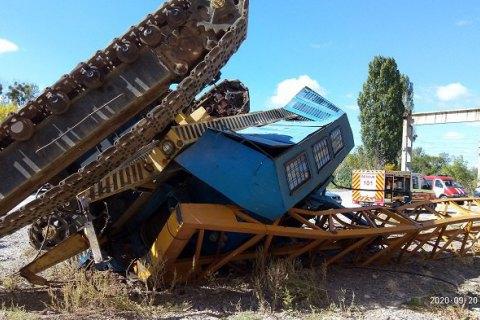 У Харкові перекинувся будівельний кран з водієм