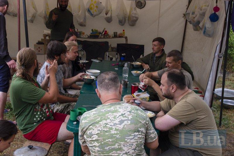 Костя і решта учасників вечеряють.
