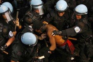 Поліція вкрай жорстоко розігнала противників саміту НАТО