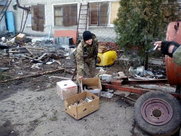Военный 93-й бригады показывает щенков
