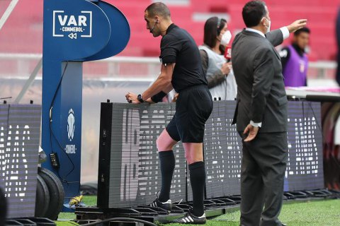 В Английской Премьер-лиге нашли оригинальный способ скорректировать работу VAR