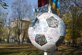 В Донецке памятник Евро-2012 исписали маркерами и помадой