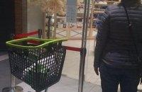 Великі мережі супермаркетів вводять обмеження на кількість людей у магазинах