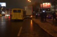 У Києві на Кільцевій зіткнулися вантажівка і маршрутка: пасажира із салону вирізали рятувальники (оновлено)