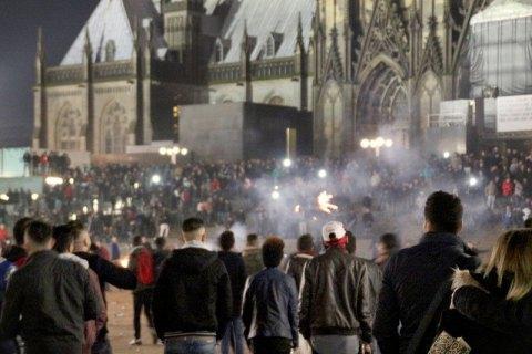 В Кельне начались протесты из-за нападений арабов на женщин