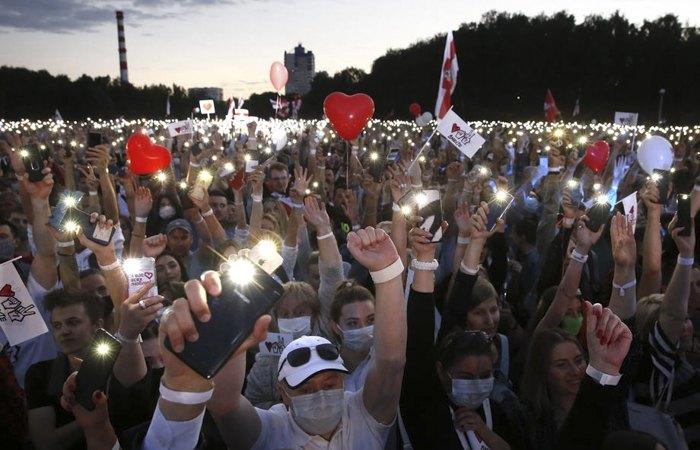 Люди участвуют в предвыборном митинге Светланы Тихановской в Минске, 30 июля