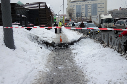 В центре Киева из-под земли вылетел столб огня (обновлено)