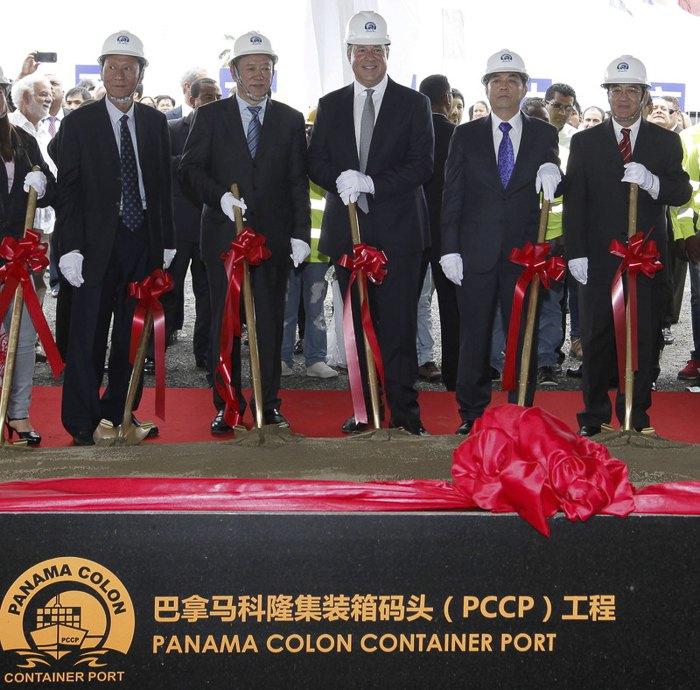 Президент Панамы Хуан Карлос Варела ( в центре) и представители китайских инвестиционных компаний участвуют в запуске строительства контейнерного порта в гавани в Колоне, Панама, 07 июня 2017.