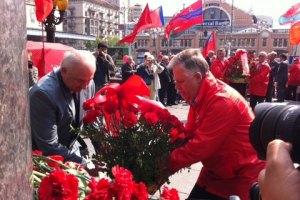Симоненко принес цветы к Ленину и повел коммунистов на митинг