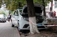 У Києві автомобіль держохорони з'їхав з проїжджої частини і врізався в дерево, водій загинув