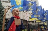 Националисты принесли под Конституционный суд Ленина на виселице