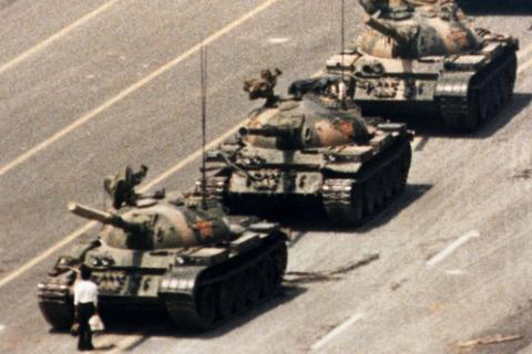 Умер автор снимка с танками на площади Тяньаньмэнь