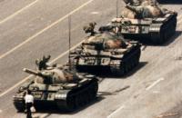 Помер автор знімка з танками на площі Тяньаньмень