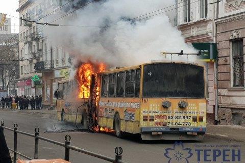У центрі Тернополя на ходу загорівся тролейбус