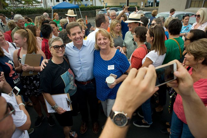 Кандидат от Демократической партии в Конгресс США Майк Левин (в центре) фотографируется после встречи с избирателями, Калифорния, 04 ноября 2018.