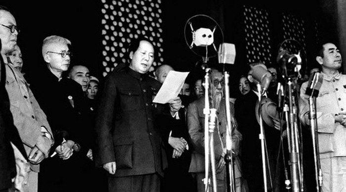 Председатель Центрального Народного Правительственного Совета Мао Цзэдун провозгласил образование КНР во время митинга на площади Тяньаньмэнь в Пекине, 1 октября 1949.