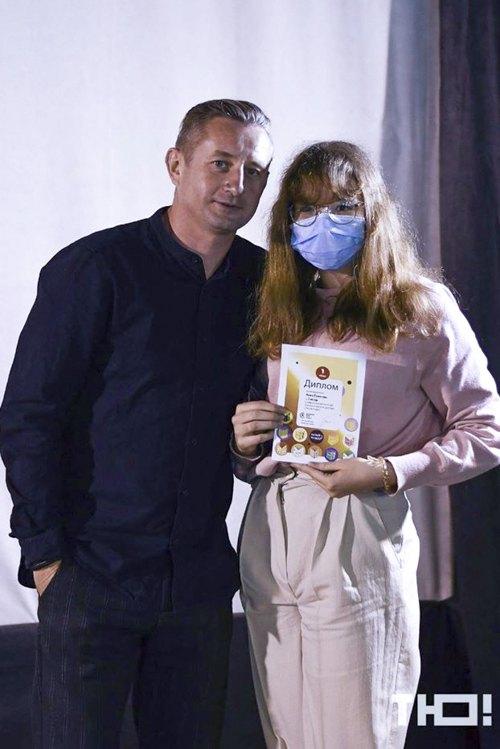 Сергій Жадан в Маріуполі привітав переможницю конкурсу в категорії 'відео -рецензії' Анну Гуменюк