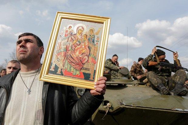 Апрель. Блокирование местными жителями украинских десантников под Краматорском