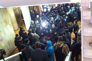 Проросійські активісти взяли штурмом ОДА