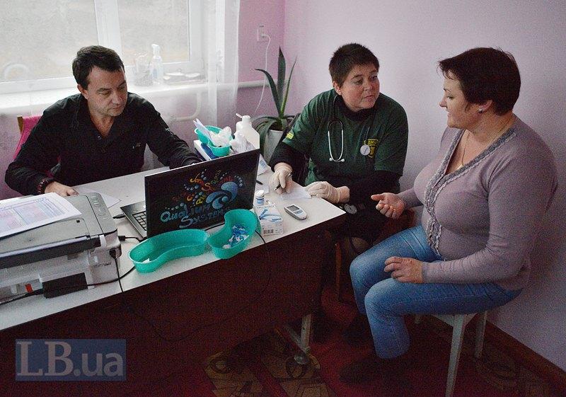 Віктор працює з медсестрою Оленою. На прийомі - директор школи