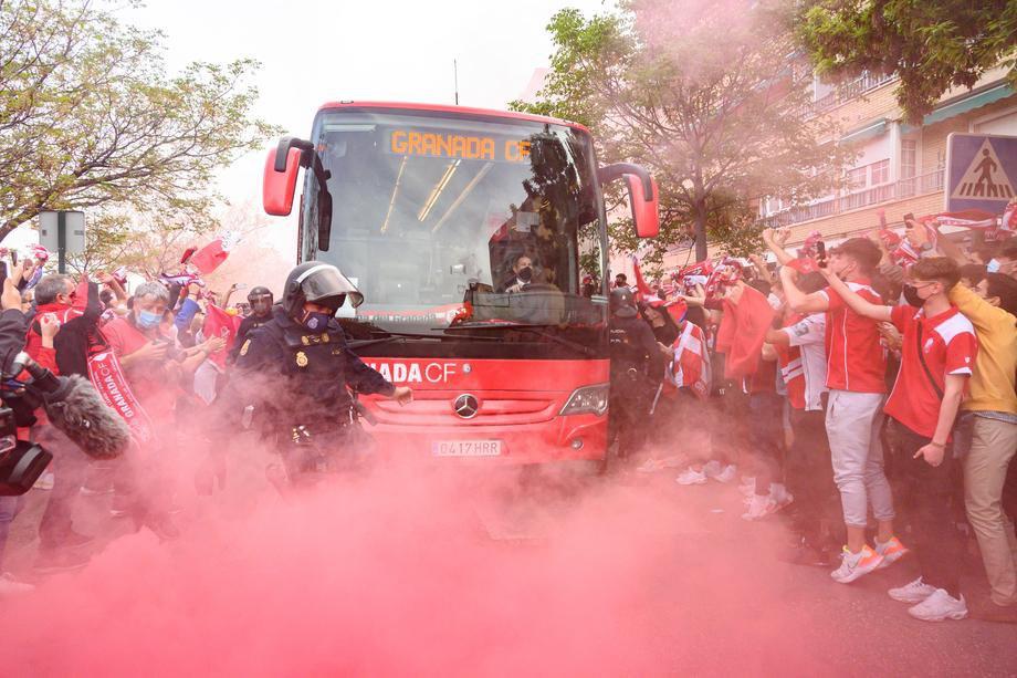 """А вот так фаны """"Гранады"""" приветствовали свою команду после прибытия на стадион """"Нуево Лос-Карменес"""""""