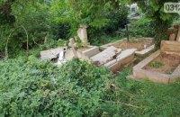 В Ужгороде вандалы разрушили несколько надгробных плит на кладбище
