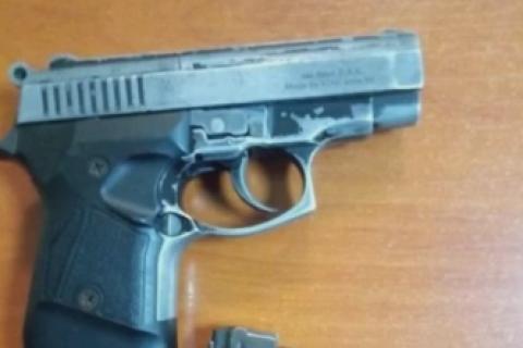 У київському метро поліція затримала чоловіка з пістолетом і патронами