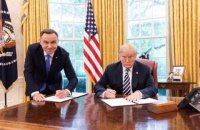 """В Польше сотрудника телеканала уволили за публикацию """"унизительного"""" фото Дуды с Трампом"""