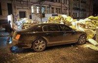 Bentley врезался в баррикаду Евромайдана возле здания Минюста