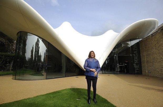 Заха Хадід на тлі спроектованої нею Serpentine Sackler Gallery в Лондоні