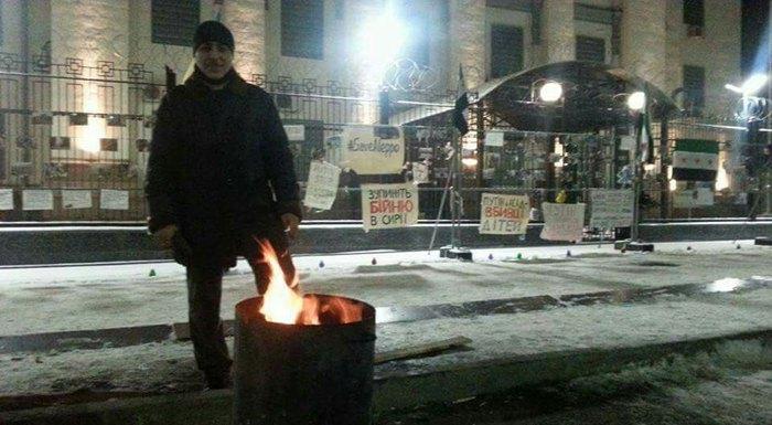 Монтасер во время акция протеста под посольством РФ в Киеве, 2016 год
