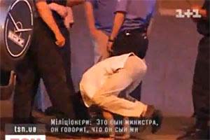 Пьяный сын экс-министра пытался встать на голову перед милиционерами