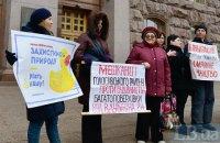 Возле Киеврады митинговали противники и сторонники застройки озера на Позняках в Киеве