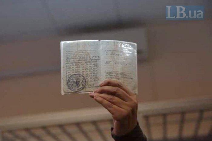Корчинская показывает военный билет и характеристику Дугарь