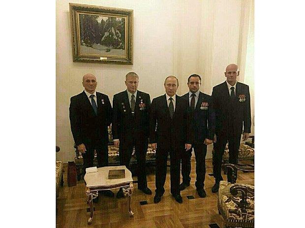 Владимир Путин с командиром группы Вагнер, воевавшей на Донбассе и в Сирии, Дмитрием Уткиным (справа)