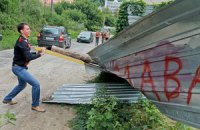 Защитники Щековицы снесли заграждение незаконной стройки
