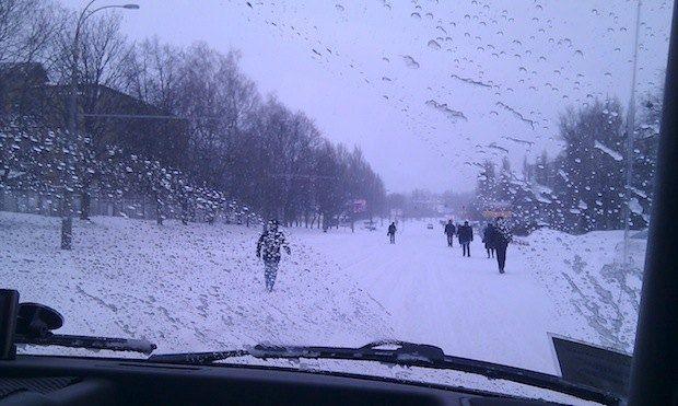 Люди идут прямо по дорогам. Киев, бульвар Лепсе.