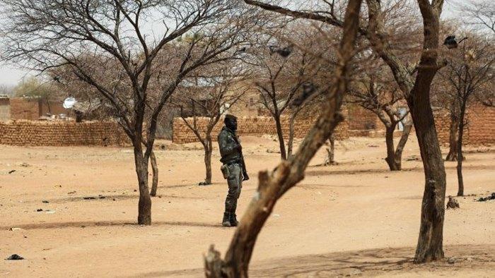 Солдат Буркина-Фасо стоит на страже в деревне в районе Сахель