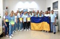 Зеленський передав олімпійцям прапор України з підписами військових