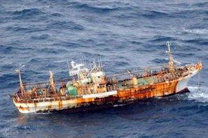 Американцы затопят принесенный цунами японский траулер