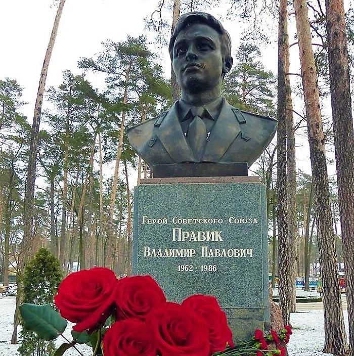 Пам'ятник Володимиру Правику в Ірпені