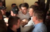 В кулуарах Киевсовета активисты подрались с охраной